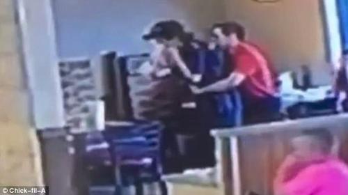 работник кафе спас коллегу