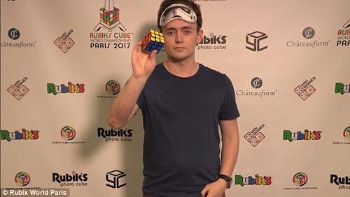 собрал кубик рубика вслепую