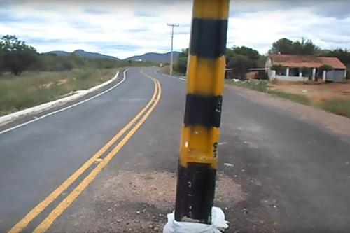 столб посреди дороги