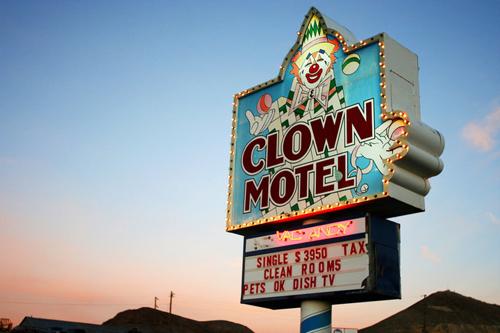 жуткий мотель с клоунами