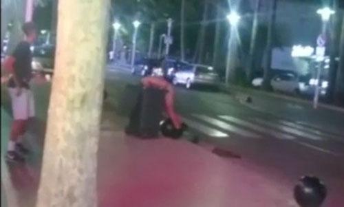 турист устроил стриптиз на улице