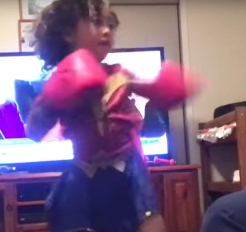 девочка занимается боксом