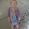 девочка прошлась по бетону