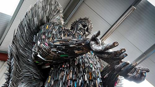 скульптура ангела из ножей