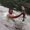 рыбак голыми руками поймал рыбу
