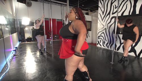 танцовщица с пышными формами