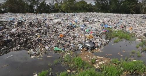 поле мусора возле деревни