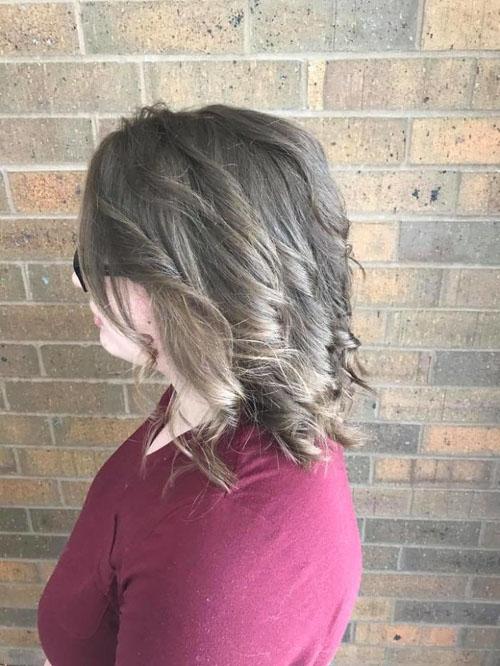 парикмахерша распутала волосы