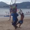 двухлетняя девочка на парашюте