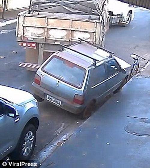грузовик втолкнул машину в магазин