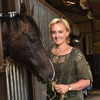 оперная певица поёт лошадям