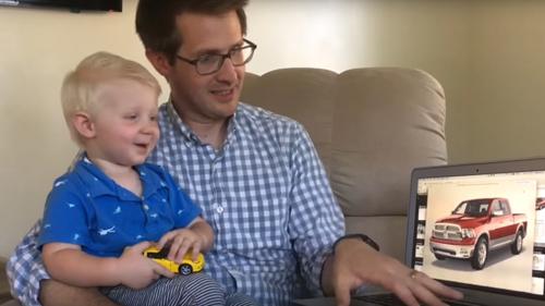 малыш разбирается в машинах