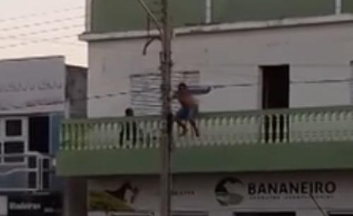 мужчина упал с телефонного столба