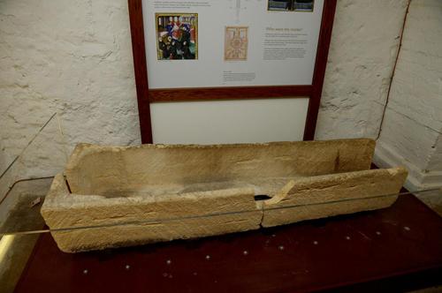 посетитель разбил древний гроб
