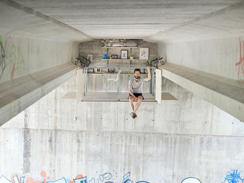 дизайнер устроил офис под мостом