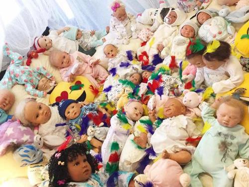 мать называет кукол детьми