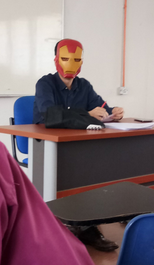 преподаватель носит маску