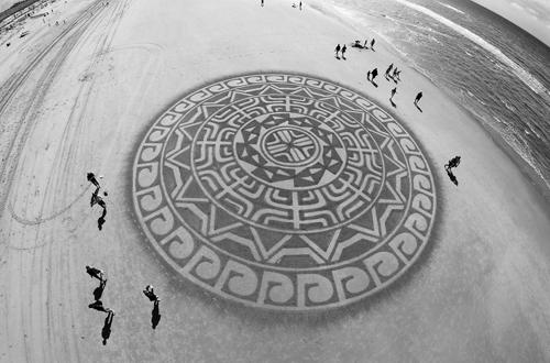 рисование на песке на пляже