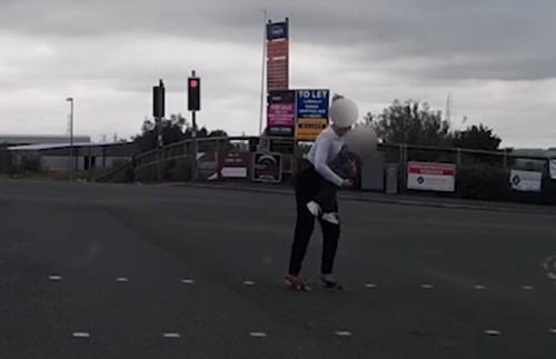 малыш без присмотра на дороге