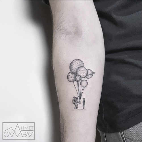карикатурист делает татуировки