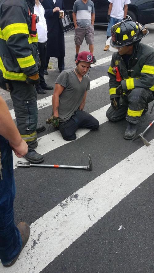 пешеход провалился в асфальт