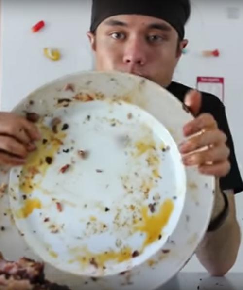 едок съел 102 рёбрышка