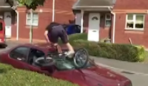 трюкач повредил свою машину