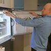 питон залез на холодильник