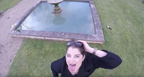 девушка упала в фонтан