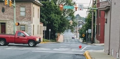 красные шарики украшают город