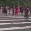 туристы танцевали на дороге