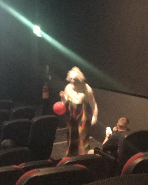 жуткий клоун пришёл в кинотеатр
