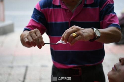 мастер бреет глазные яблоки