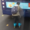 роллер прицепился к автобусу