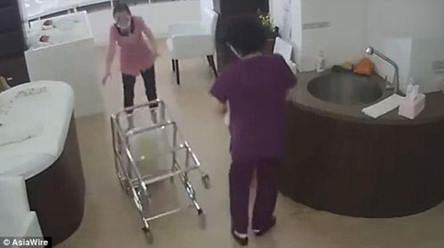 медсестра уронила новорожденного
