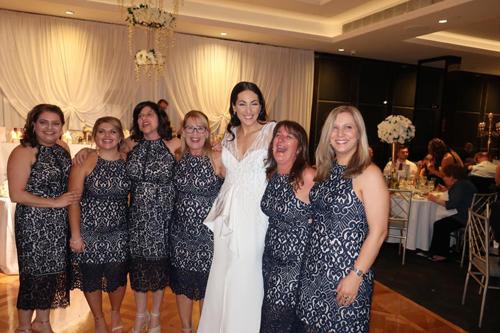 гостьи в одинаковых платьях