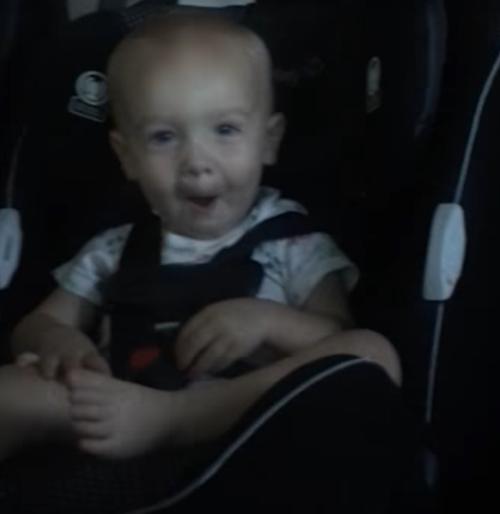малыш внутри машины на мойке