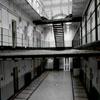 зловещая тюрьма с призраками