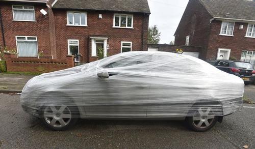 машину обернули плёнкой