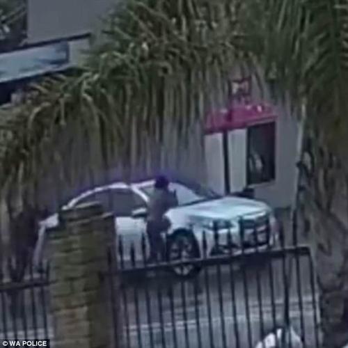 женщина с зонтом против угонщика