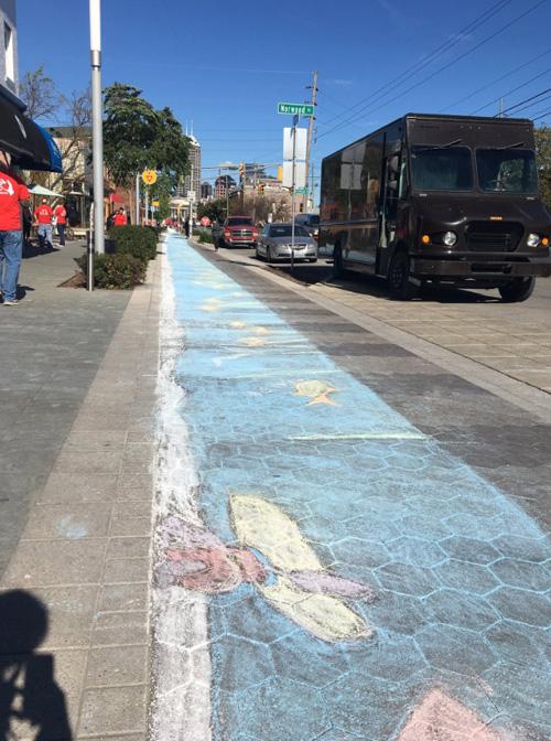 тротуар разрисовали мелом