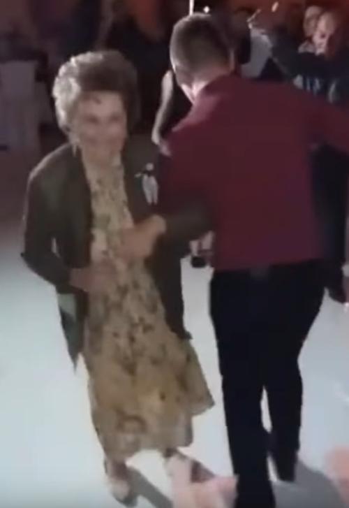 старушка пустилась в пляс