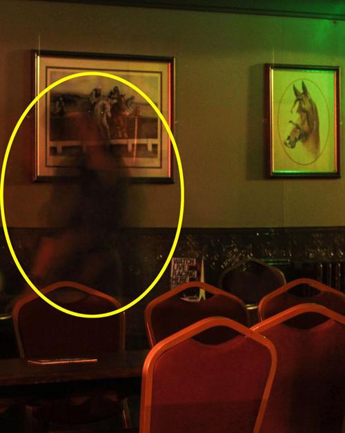 фотография привидения в пабе
