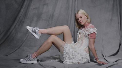 модель с небритыми ногами