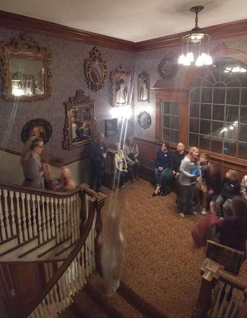 призраки на лестнице в отеле