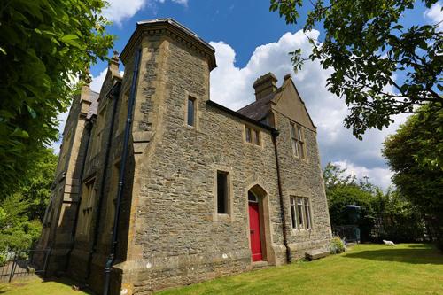 дом раньше был судом и тюрьмой