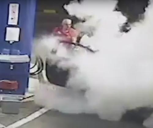 курильщик на автозаправке
