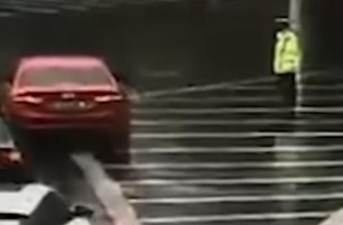 водитель подарил полицейскому зонт