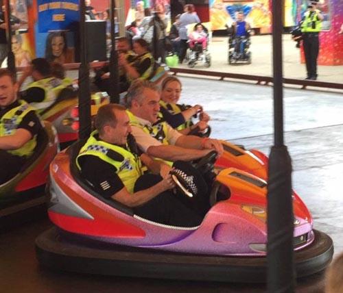 полицейские развлеклись на ярмарке