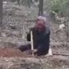 инвалид сажает деревья